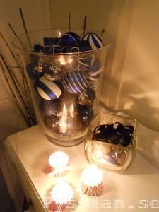 glasvas med blåa julkulor