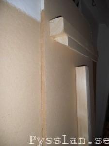 närbild upphängning anslagstavla porösboard pysslan