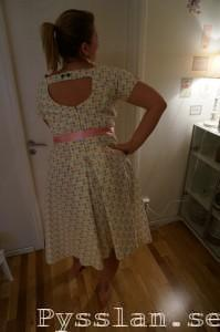 Pastellprickig 50-tals klänning pysslan bak