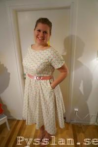 Pastellprickig 50-tals klänning pysslan framifrån