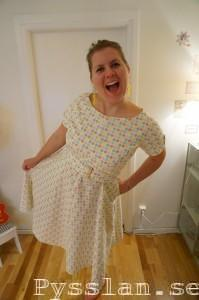 Pastellprickig 50-tals klänning pysslan prickigt bälte kul