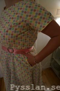 Pastellprickig 50-tals klänning pysslan rosa bälte detalj