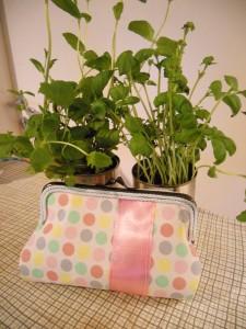 pastellprickig handväska miljöbild pysslan