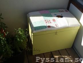 gul loppislåda sittbänk förvaring pastell pysslan blogg