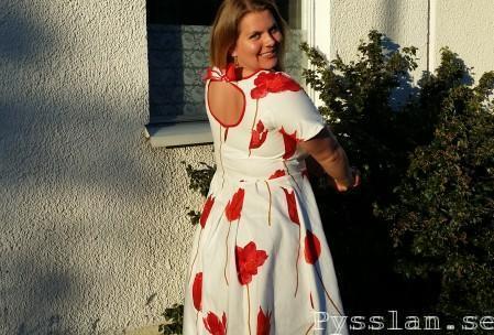 röd sommarklänning 50talsmodell tulpaner bak pysslan blogg