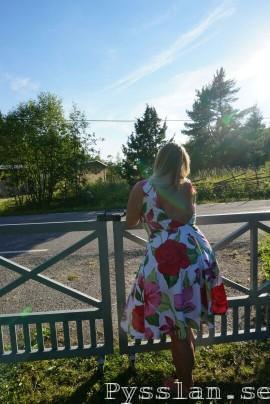 bak kjolsvidd rosablommig sommarklänning bar rugg halsband pysslan blogg