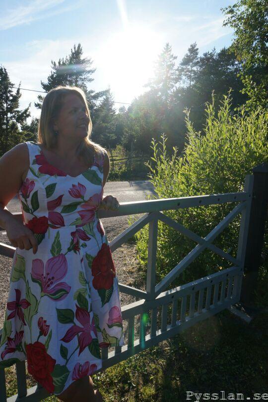 fram rosablommig sommarklänning bar rugg halsband pysslan blogg