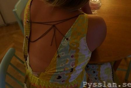 Retrofärgad klänning med öppen rygg och kedja bak