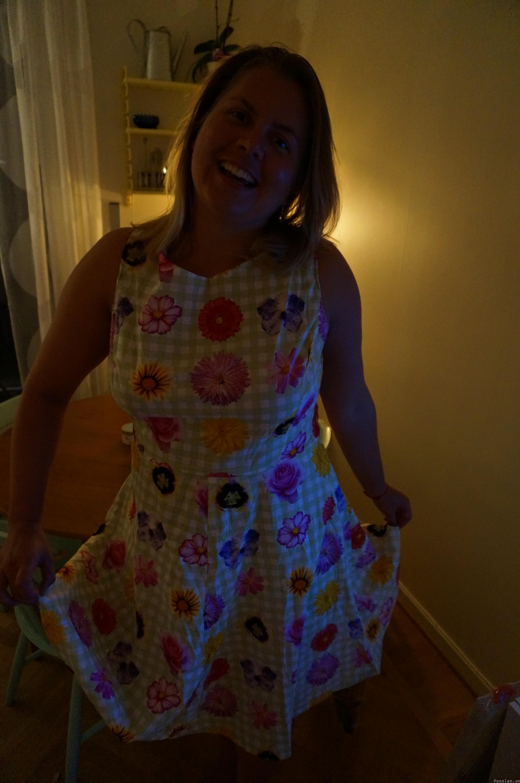 Blommig klänning med öppen rygg och tusenskönor glad pysslan blogg