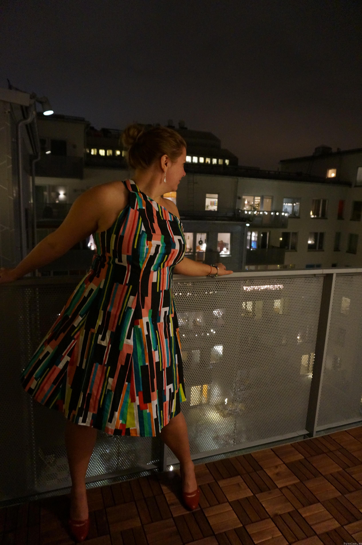 Färgglad häftig festklänning ett axelband fram  pysslan blogg