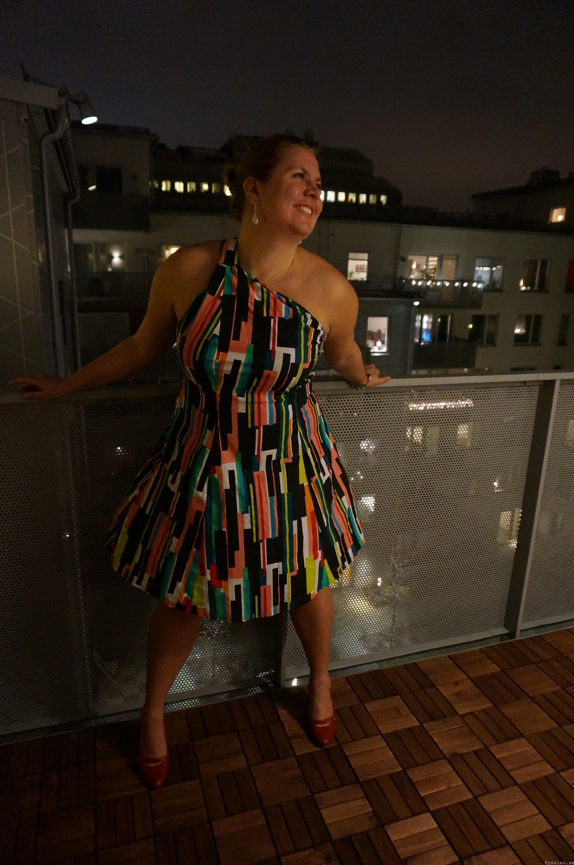 Färgglad häftig festklänning ett axelband fram sida pysslan blogg
