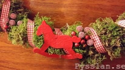 Pysselkaos julkrans mossa band hampa hjärtan pepparkaksformar gunghästpysslan blogg