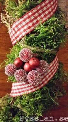 Pysselkaos julkrans mossa band hampa hjärtan pepparkaksformar  närbild bärpysslan blogg