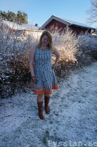 Enkel mönstrad mörkblå och orange klänningg pyssln blogg