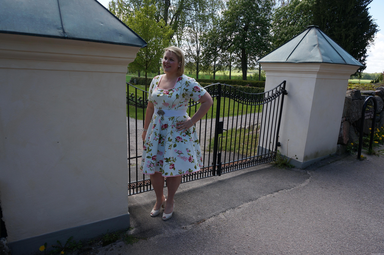 Blommig ljuvlig  sommarklänning med retro mönster landskapsbild pysslan blogg