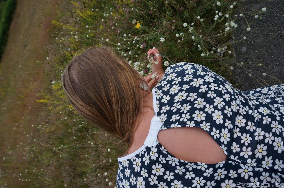 närbild rygg prästkrage blommig klänning pysslan blogg