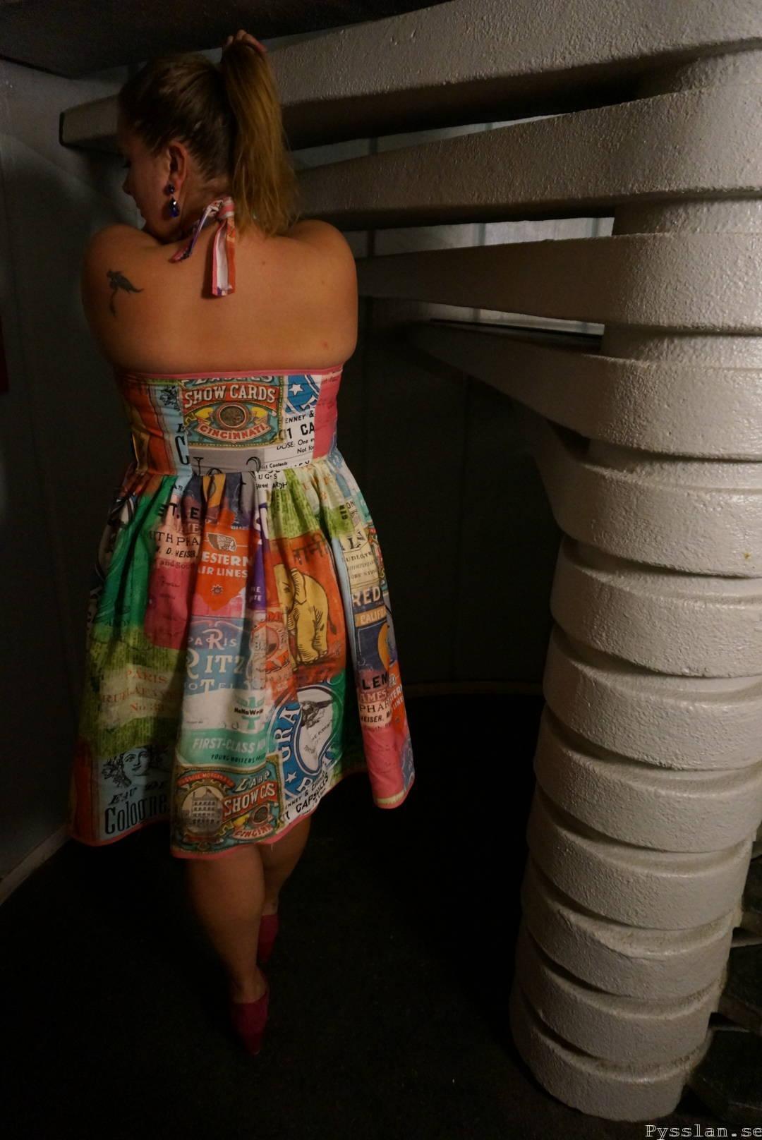 Tuff multifärgad klänning retromönster bak pysslan blogg