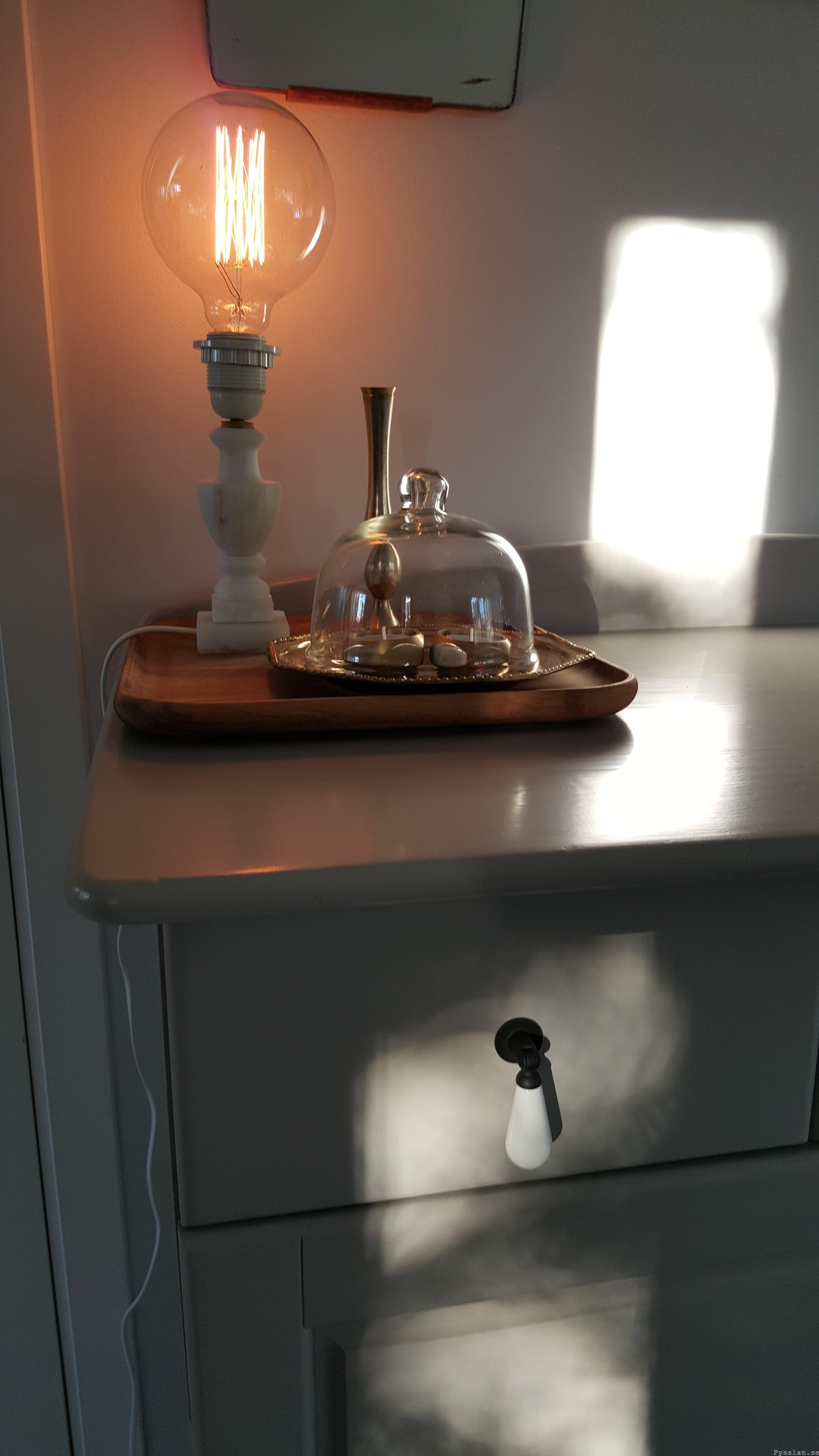 Uppcykling furuskänk, nytt liv modern snygg grå dropphandtag silleben marmor mässing teakspegel pysslan blogg