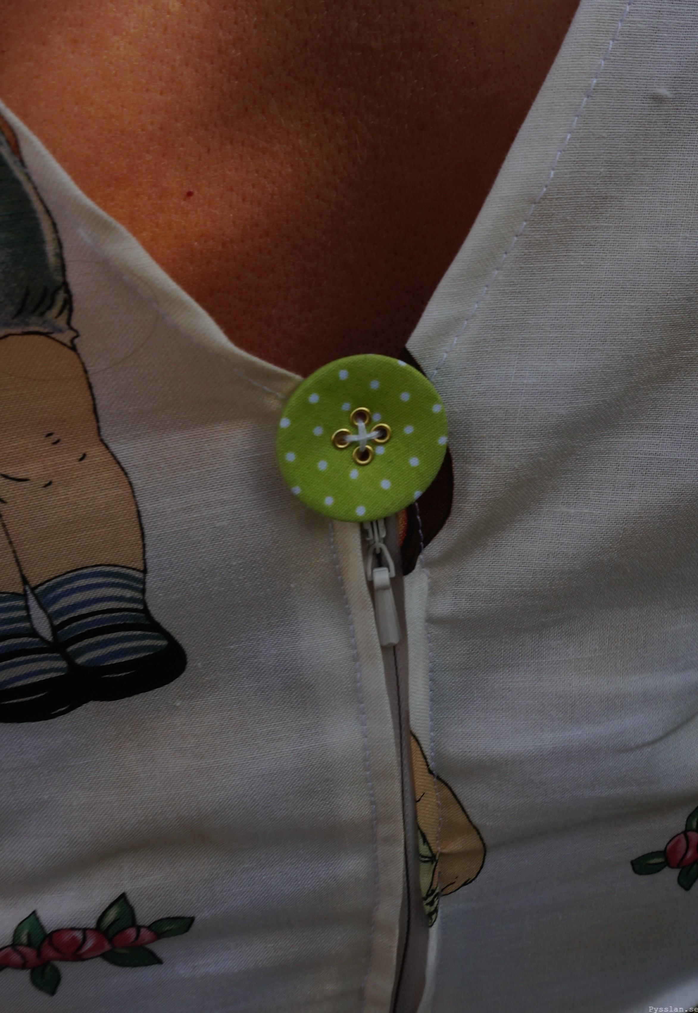 Retroklänning, 50-talsform med dockor detalj grön prickig knapp pysslan blogg