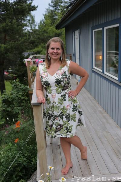 storblommig sommarblommig småfåglar fågelbon midsommarklänning enkel klänning pysslan blogg retromönster retro