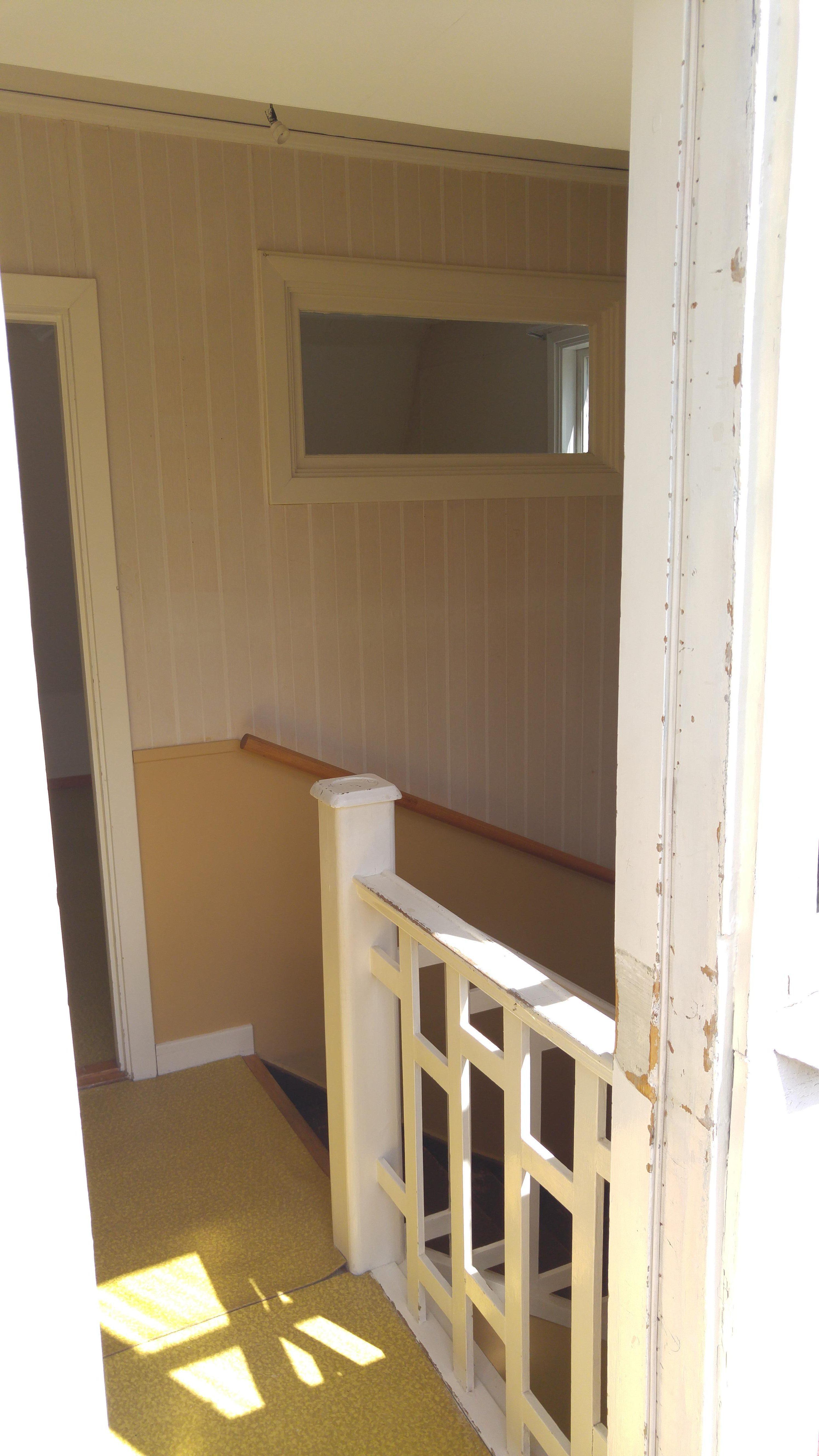 drömhus 20-talshus rött hus vita knutar renovering jugend husdröm pysslan blogg trapp mot lilla sovrummet