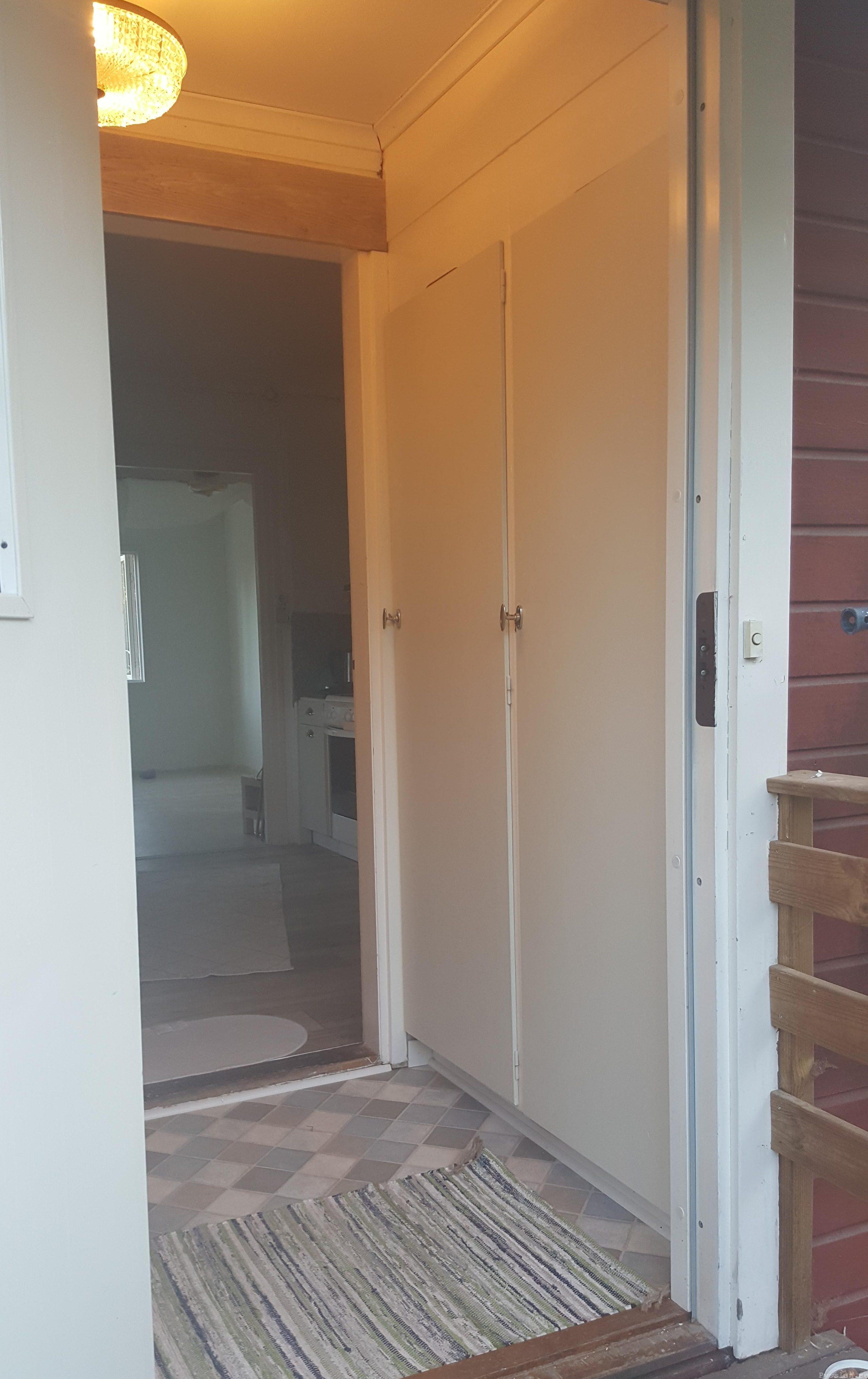 liten praktisk farstu 20-talshus snabbrenovering pysslan blogg innan ljusgröna garderobsdörrar