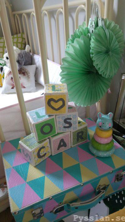 bokstavsklossar barn doppresent present söt namngivelseceremoni pysslan blogg vita pastellfärger torn