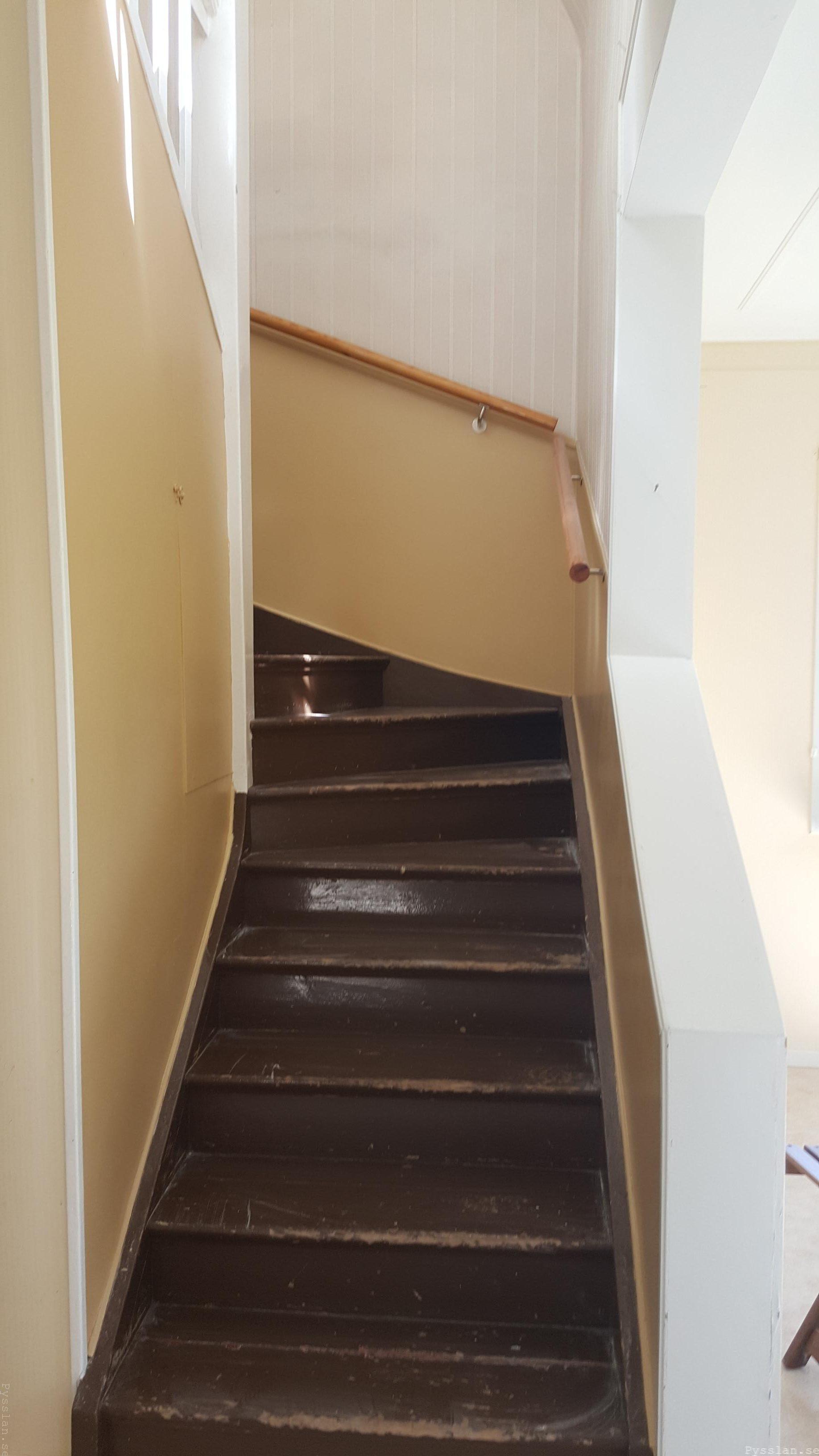 drömhus 20-talshus rött hus vita knutar renovering jugend husdröm pysslan blogg brun trapp