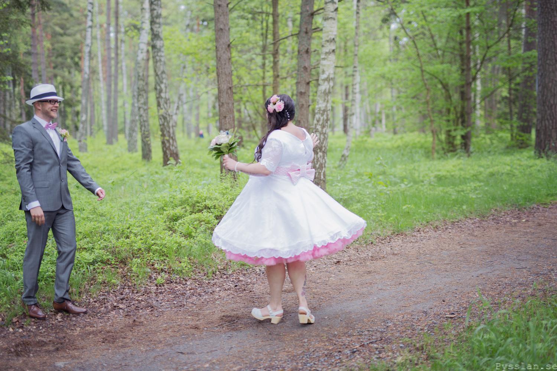 Underbar retrobrudklänning i 50-talsstil pysslan blogg rosa spets rosa underkjol vidd bröllopsklänning