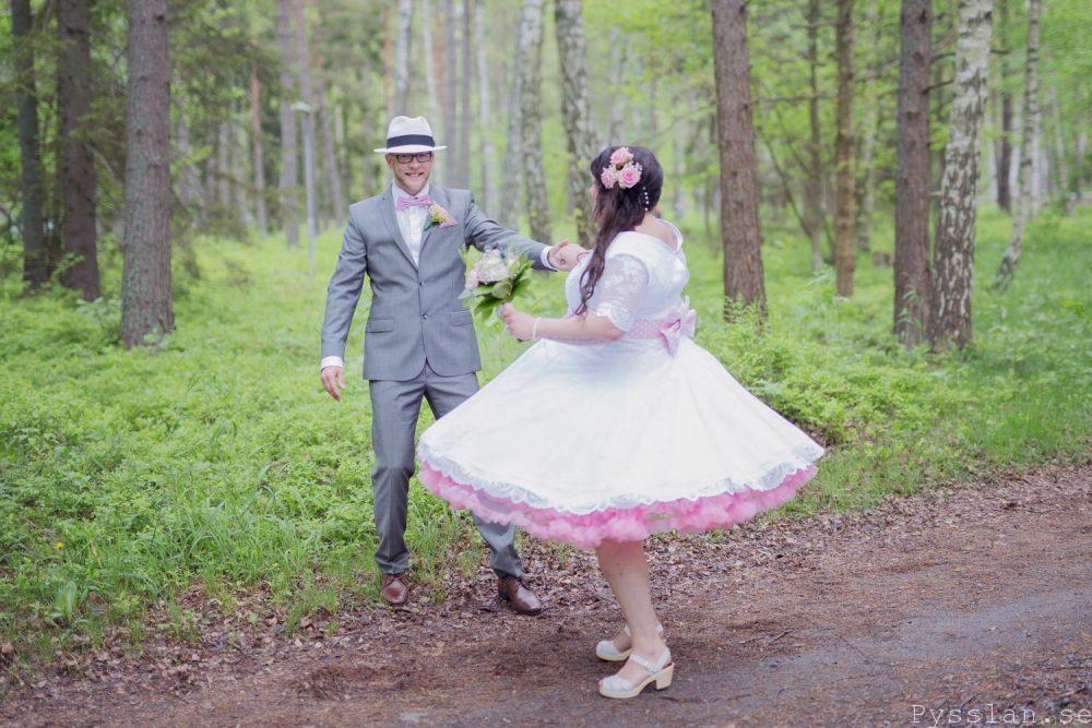 df50274aa207 Underbar retrobrudklänning i 50-talsstil pysslan blogg rosa spets snurr  vidd bröllopsklänning