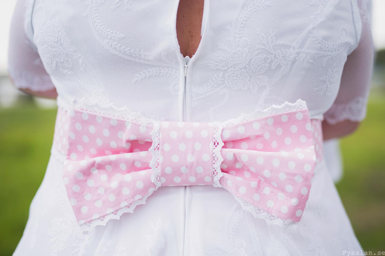 Underbar retrobrudklänning i 50-talsstil pysslan blogg rosa spets rosa prickig rosett bröllopsklänning