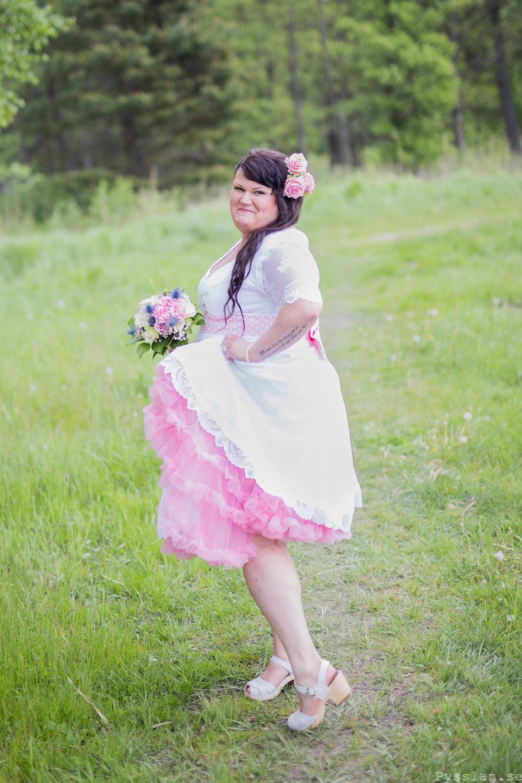 Underbar retrobrudklänning i 50-talsstil pysslan blogg rosa spets rosa underkjol spets nederkant bröllopsklänning