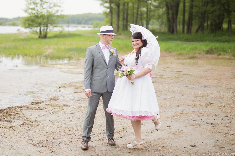 Underbar retrobrudklänning i 50-talsstil pysslan blogg rosa spets rosa underkjol lycklig brud bröllopsklänning