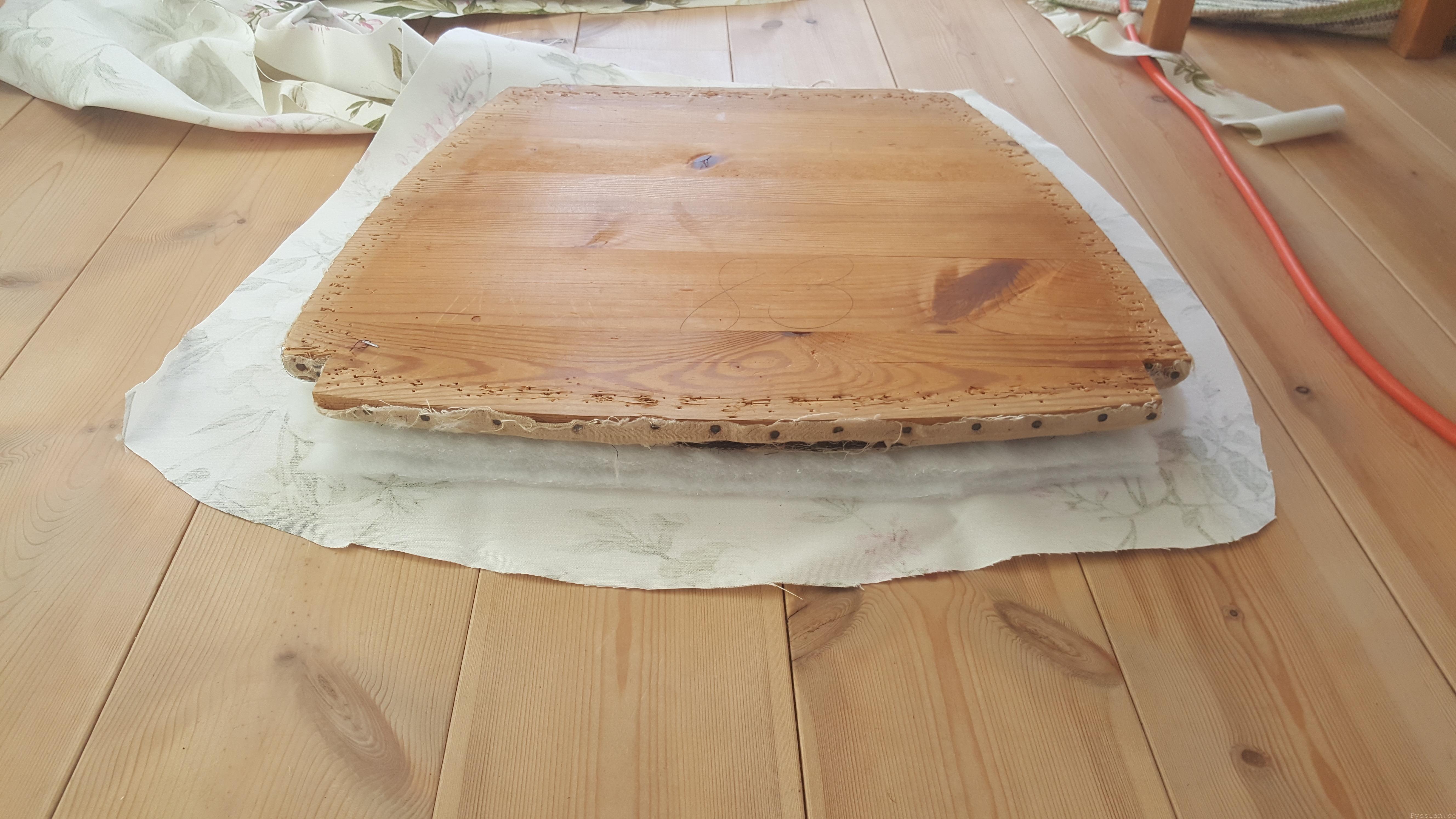 Klä om gammal stol, enklare än du tror rosa brun möbel sekelskiftet 20-tal villasmultronbacken pysslanblogg fibersoft dyna