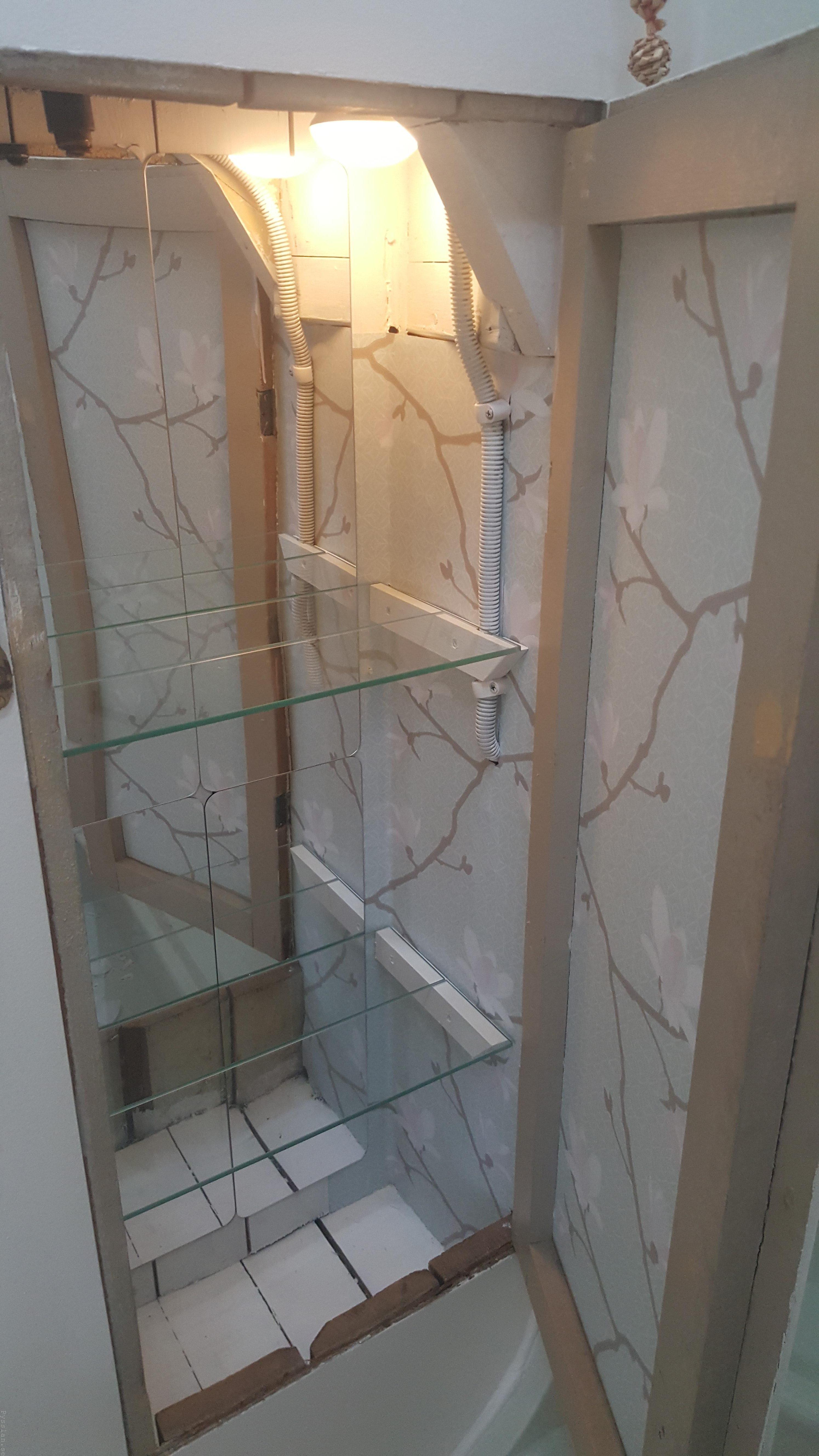 Förvaring under trapp elskåp spritskåp grön villasmultronbacken pysslanblogg 20-tal 20-talsdröm gammal el ljusblå magnoliatapet glashyllplan