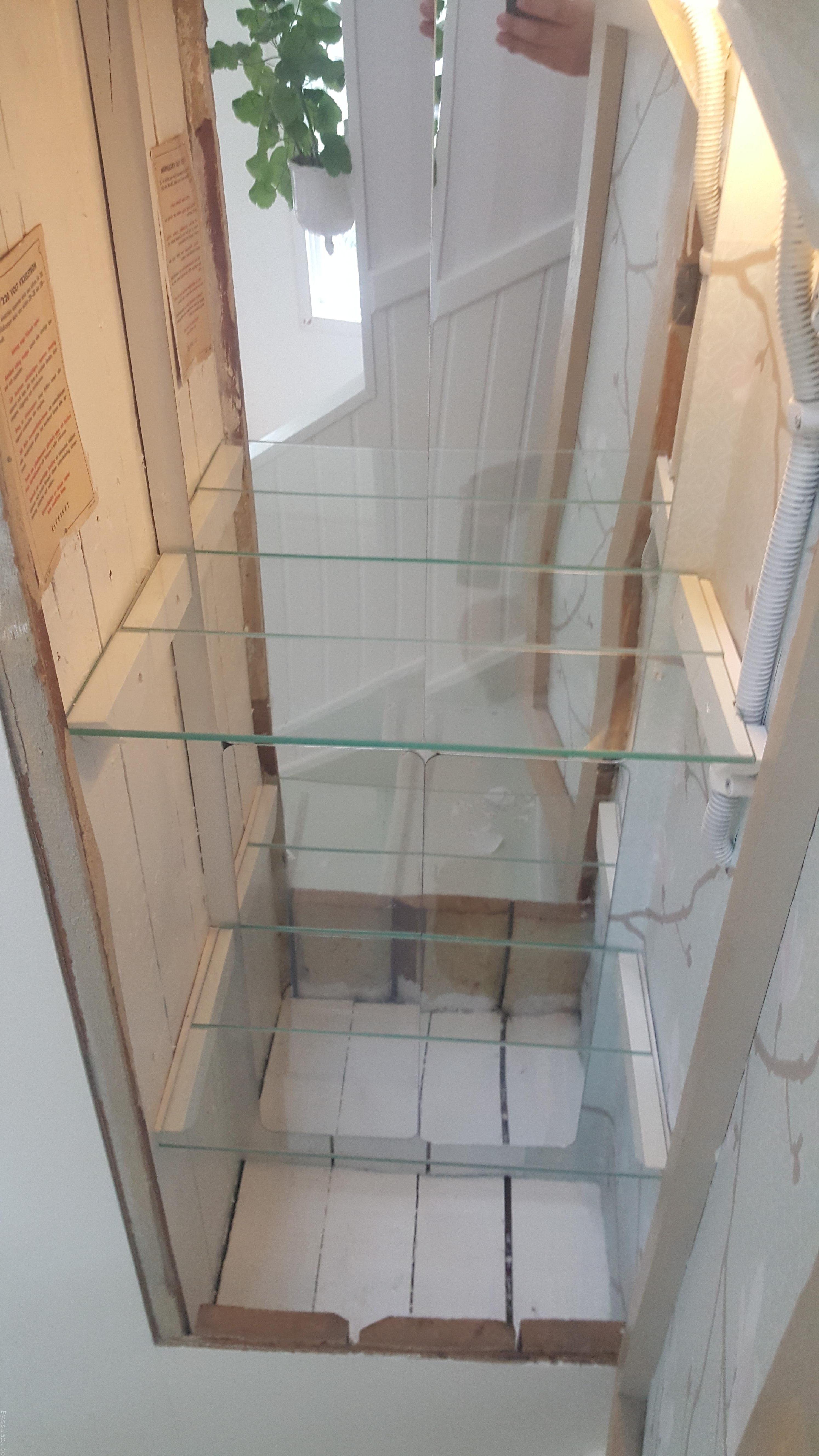 Förvaring under trapp elskåp spritskåp grön villasmultronbacken pysslanblogg 20-tal 20-talsdröm gammal el ljusblå magnoliatapet glashyllplan färdig